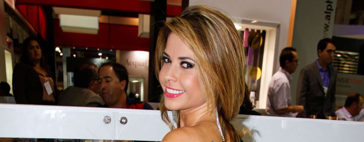 A ex-BBB Cacau marcou presença na Beauty Fair