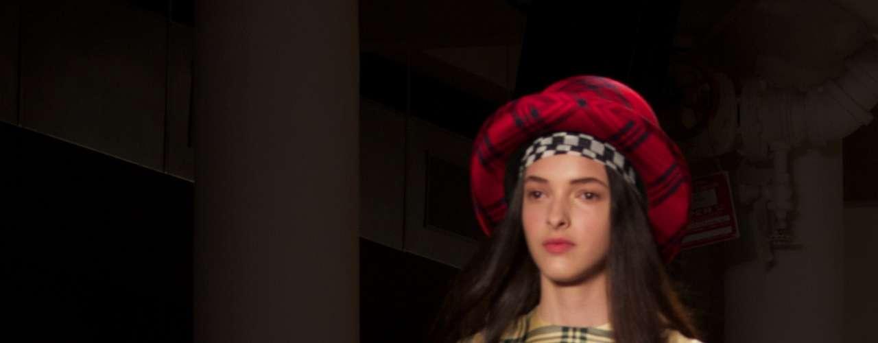 O estilista adicionou ainda o smiley, ícone da cultura clubber, e cortes em formas de coração em algumas vestes