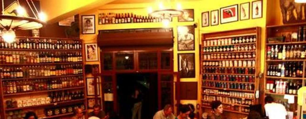 Empório Sagarana - Carta: Mais de 100 rótulos de cervejas nacionais e internacionais. Endereço: R. Marco Aurélio, 883  Vila Romana. Telefone: (11) 3539-656. 0Horário de funcionamento: de segunda e terça, das 17h às 24h, e de quarta a sábado, das 17h à 1h