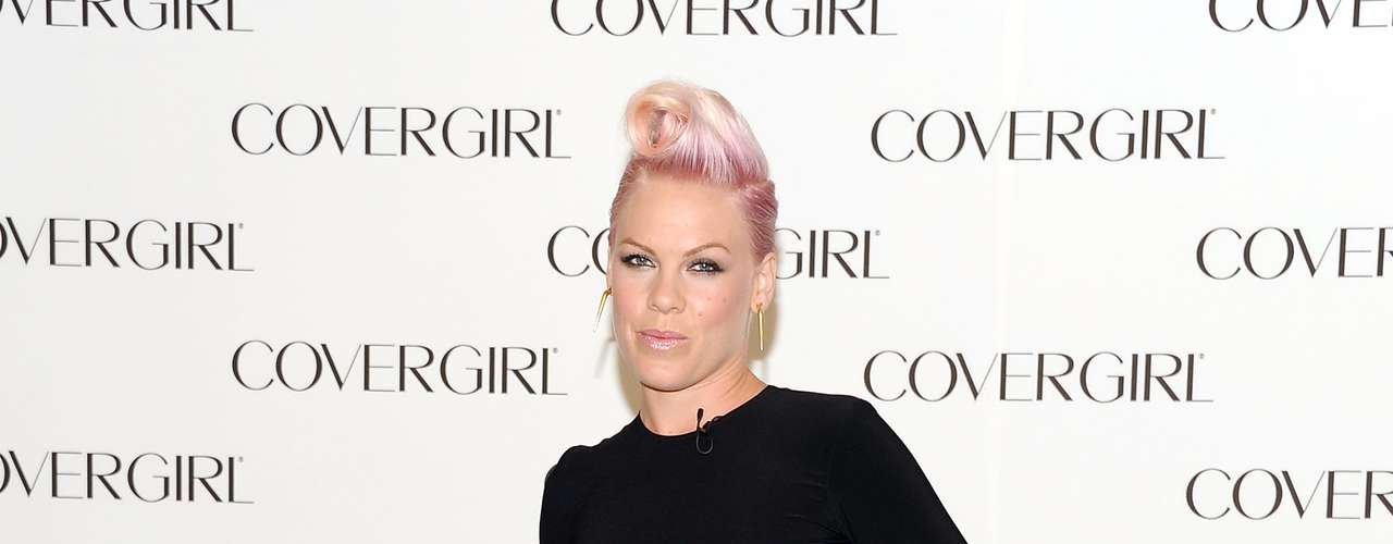 A cantora Pink usa vestido com ares punk, cujos recortes se parecem com rasgos