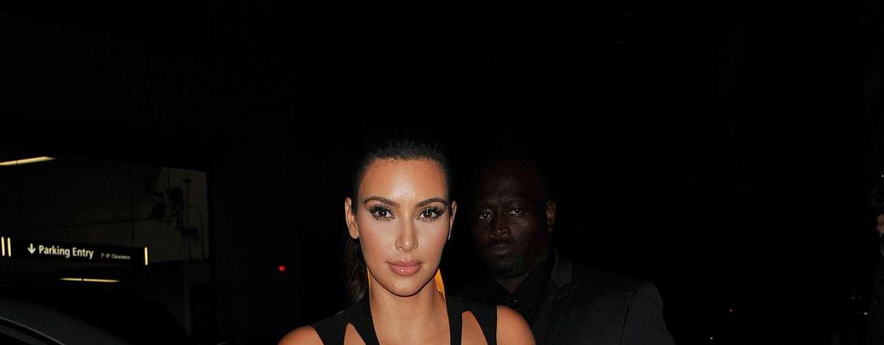 Kim Kardashian posa com vestido com recortes no colo que mostram bastante os seios, num visual bem sensual como é comum à personalidade da televisão americana