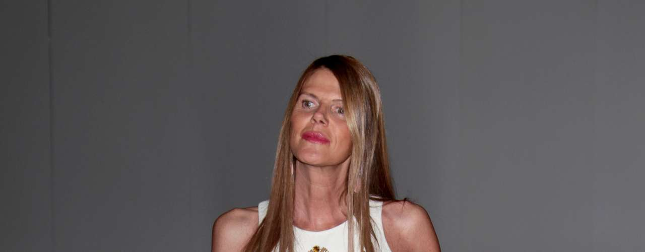 Anna Dello Russo aparece pela primeira vez com vestido do estilista Fausto Puglisi com recortes na lateral