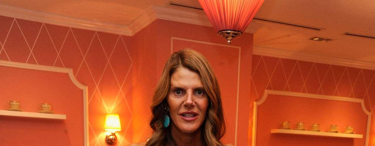 Anna Dello Russo usa vestido do estilista Fausto Puglisi que mostra bastante o corpo. Editora usou três vezes o modelo nos últimos três meses