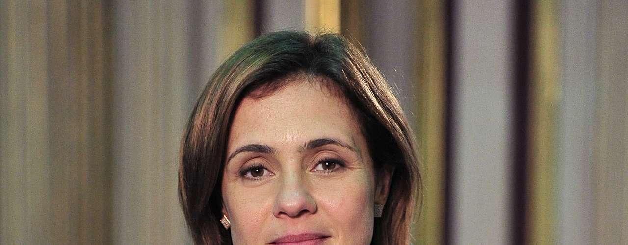 As camisas usadas por Carminha, personagem de Adriana Esteves em 'Avenida Brasil', seguem como as peças preferidas, com destaque para os modelos decorados de pérolas e outra com rendas