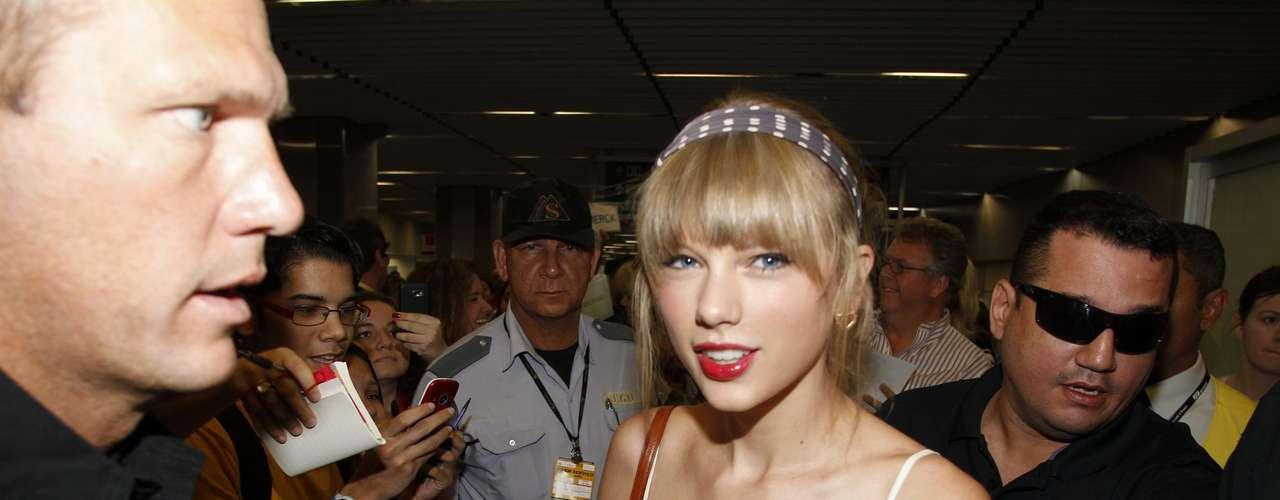 Com apenas 22 anos, a cantora de música country Taylor Swift pode rir à toa. Já coleciona diversos prêmios, entre eles quatro Grammy. Planeja se casar e ter filhos com o novo namorado. E, para completar, pôde entrar em contato com a beleza e fãs brasileiros para divulgar seu trabalho