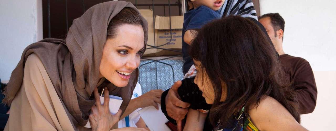 Quem sempre está presente nas galerias de pessoas bem-sucedidas, felizes, com uma família linda e um marido de dar inveja é Angelina Jolie. O casal planeja se casar ainda esse ano. Mais um ponto positivo para a atriz é ser Embaixadora da Boa Vontade da ONU. Este ano, Angelina doou 100 mil dólares à Agência de Refugiados da ONU para os refugiados na Síria.