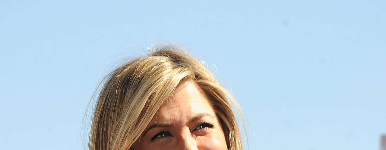 Bem-sucedida na carreira, todos sabem que Jennifer Aniston é. Depois do polêmico rompimento com Brad Pitt, a atriz namorou alguns atores, mas nada engatou em algo mais sério. Pois agora a loira já foi flagrada com a aliança de noivado. O ator Justin Theroux pediu sua mão durante o jantar de comemoração de seus 41 anos. Boa sorte para o casal.