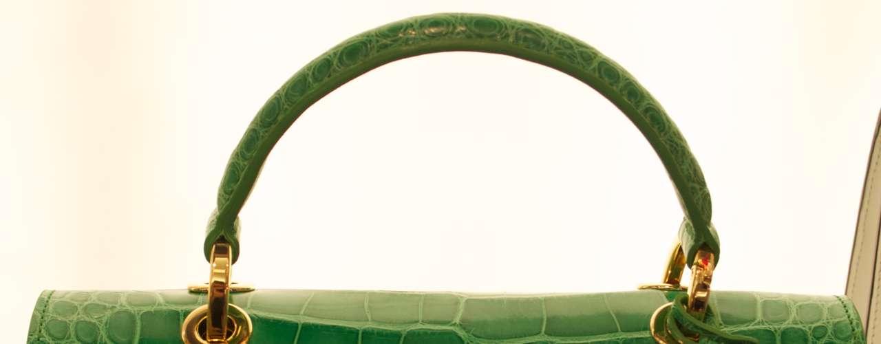 Bolsa de couro verde com detalhes dourados