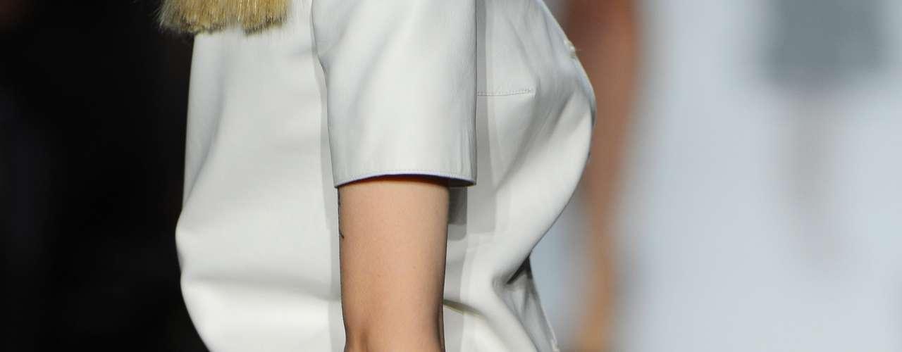 Nada de dourados e brilhos. O que se vê agora, na nova coleção, são bolsas bicolores, bem estruturadas e com alças menores, no estilo \