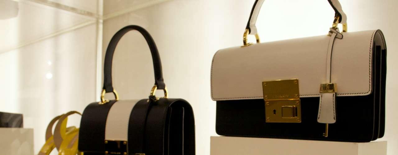 Bolsas e relógios de couro com detalhes dourados
