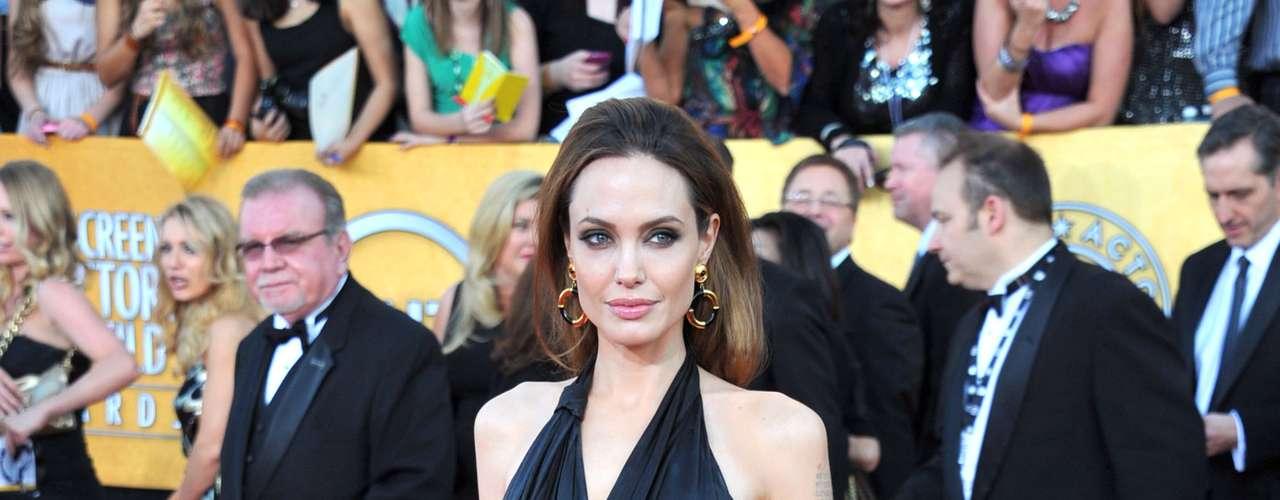 Angelina Jolie: apesar de ter engravidado de gêmeos, Angelina Jolie conseguiuvoltar à forma em pouco tempo. Mesmo durante a gestação, só a barriga cresceu, braços e rostos continuavam iguais