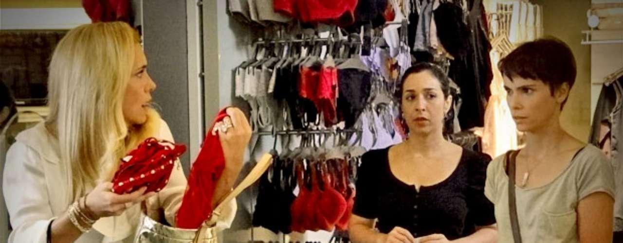 Quem assiste a novela global 'Avenida Brasil', pode ter notado que Caminha (Adriana Esteves) muitas vezes aparece com uma bolsa dourada. Pois o modelo é de Michael Kors, grife que desfilou nesta quarta-feira (12) na semana de moda de Nova York e apresentou diversas bolsas na passarela