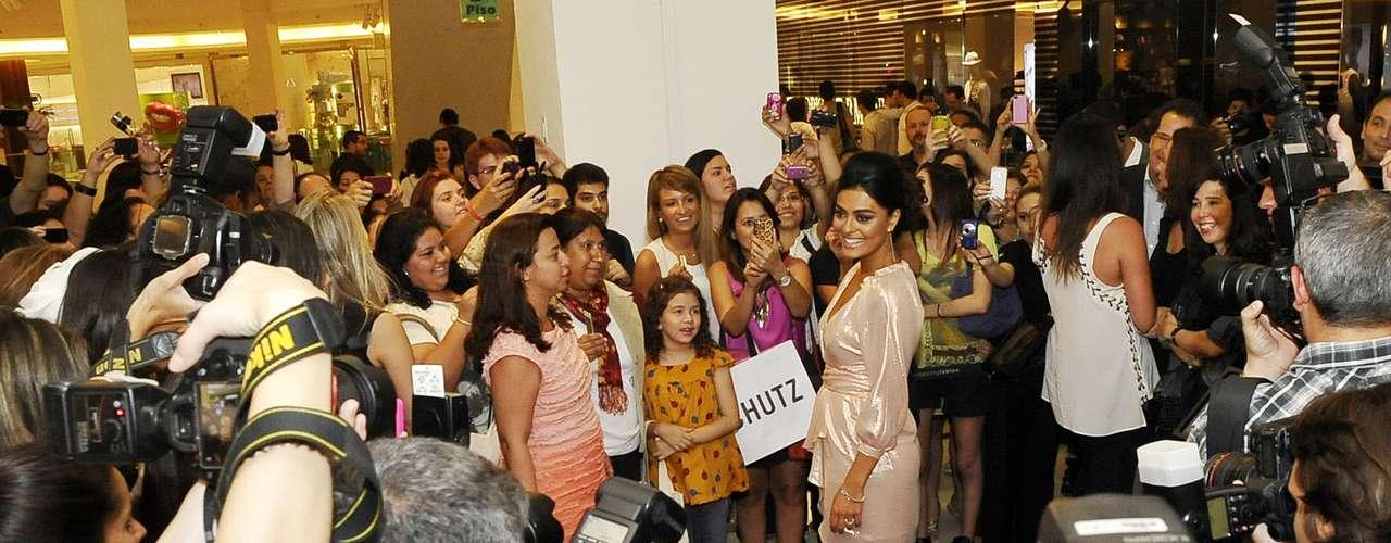 Um verdadeiro batalhão de fotógrafos e fãs se acotovelavam para tentar chegar perto de uma das principais atrações da Vogue Fashion's Night Out, na noite desta quarta-feira (12), no Rio: a atriz Juliana Paes