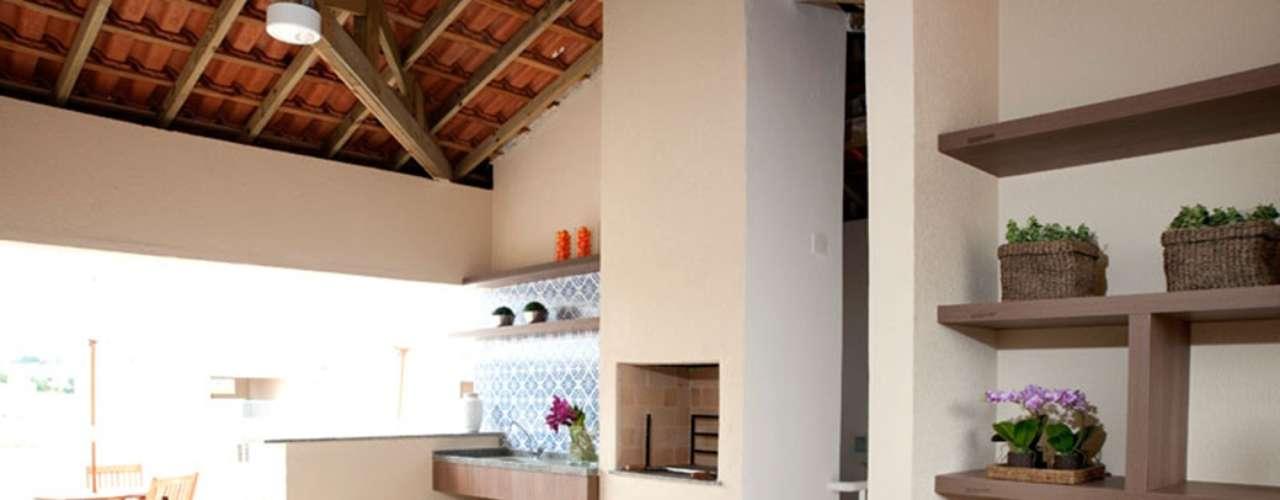 Neste projeto a arquiteta Paula Ferraz, de São Paulo, criou uma edícula na cobertura de um prédio de alto padrão na capital paulista. Informações: (11) 5096-2424