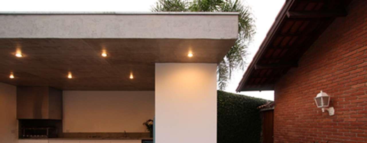 Neste projeto da arquiteta Paula Sertório a edícula foi projetada para tornar-se em uma área de lazer nos fundos das casa. Informações:  (11) 4327-7650