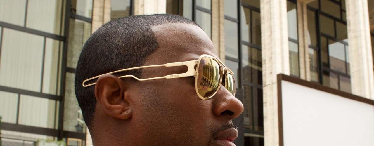 Os óculos que combinam com o tom de alguma outra peça do look estão com tudo em Nova York