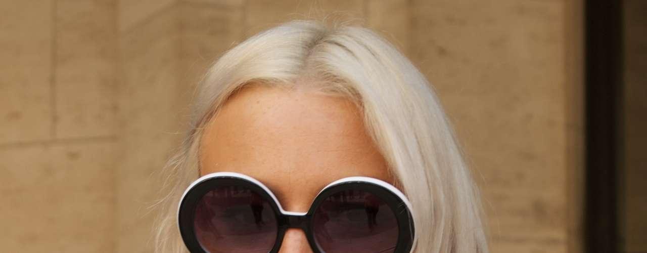 Os óculos com armação arredondada também aparecem com força