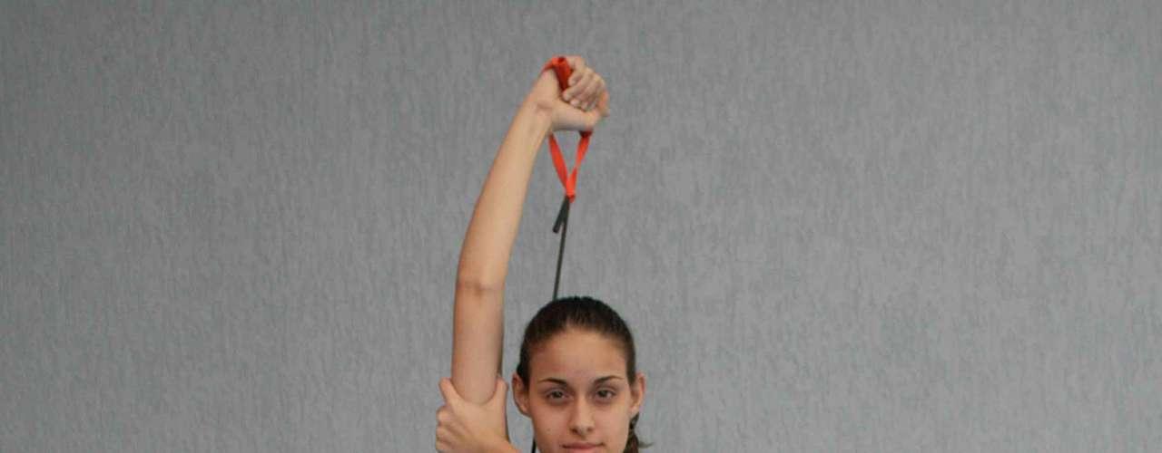 Certo: com o abdômen bem contraído estique o braço, garantindo que o bíceps e o tríceps estejam sendo trabalhados. Faça duas séries de dez deste exercício em cada braço todos os dias para evitar a perda de elasticidade da cútis