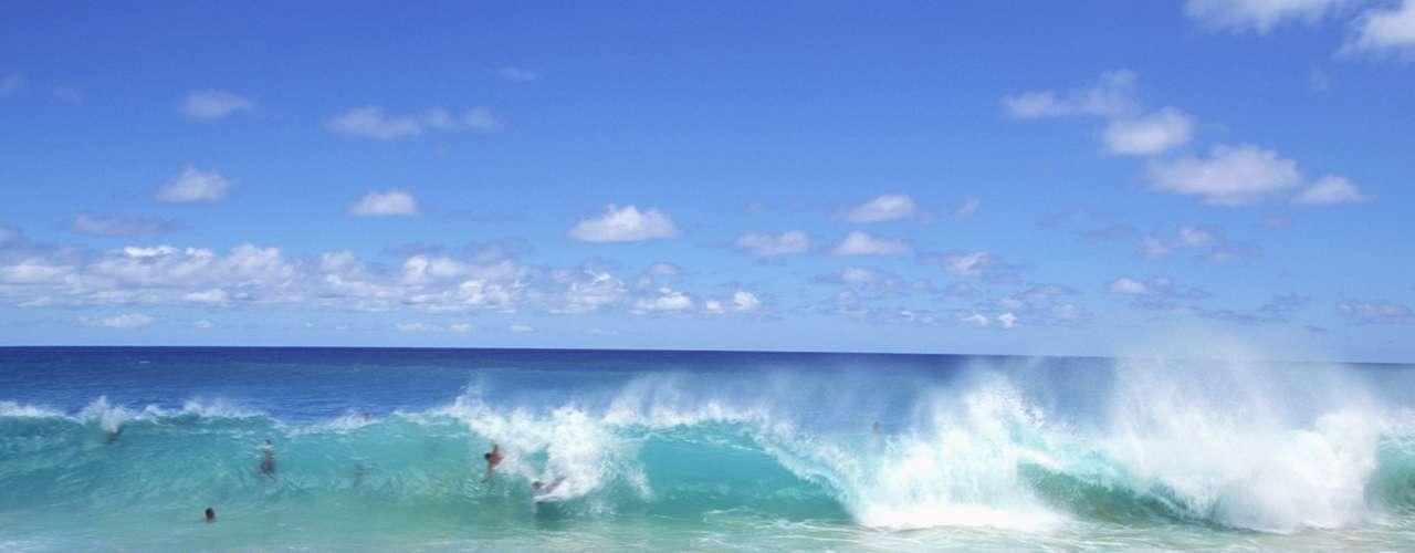 Sandy Beach, Havaí, EUA: o local é um refúgio para os surfistas, mas é difícil encarar as ondas altas de Sandy Beach sem quebrar nenhuma parte do corpo. Melhor admirar a vista em terra firme