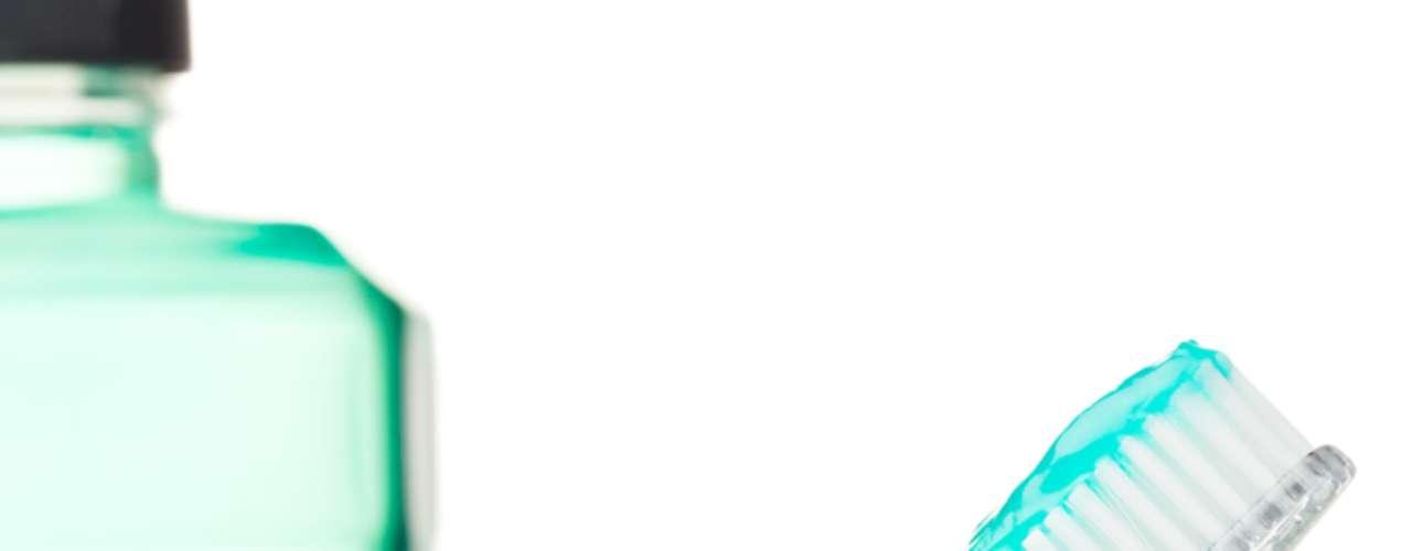 5- Coadjuvante - Os enxaguantes são meios auxiliares de prevenção. Não existe produto milagroso para combater o mau hálito. Seu uso deve ser orientado pelo dentista, aliado à escovação, fio dental e limpador de língua. Alguns enxaguantes são bons para prevenir a halitose, mas se usados por muito tempo podem causar manchas nos dentes.