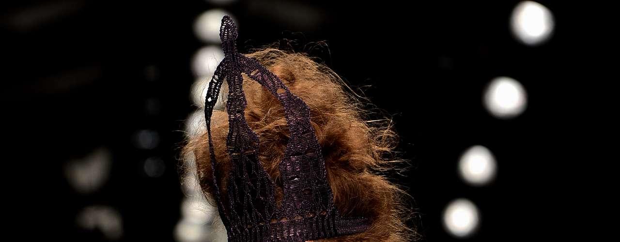 Com seios à mostra e penteado nada discreto, esta modelo chamou atenção no desfile de Bora Aksu