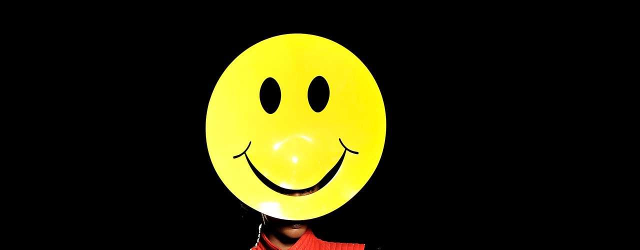A máscara de smile foi mais um divertido destaque do desfile de Philip Treacy