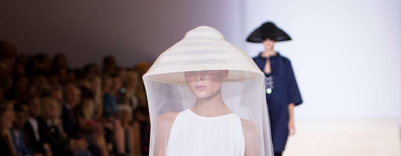 O vestido branco longo de Temperley ganhou um véu que cobria a modelo totalmente como um mosquiteiro