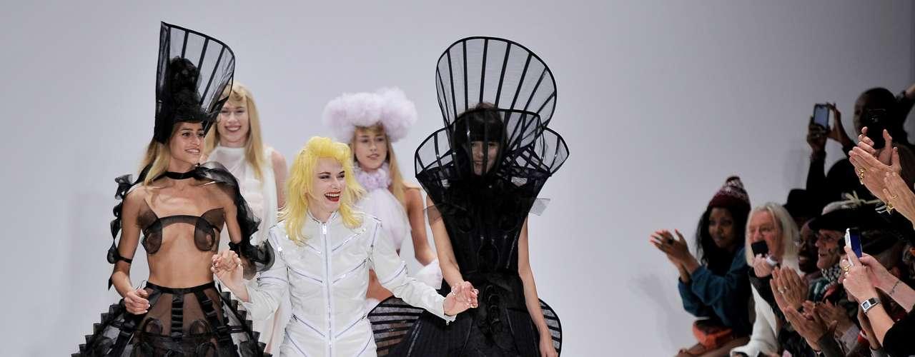 No final da apresentação, a estilista entrou na passarela ao lado das modelos