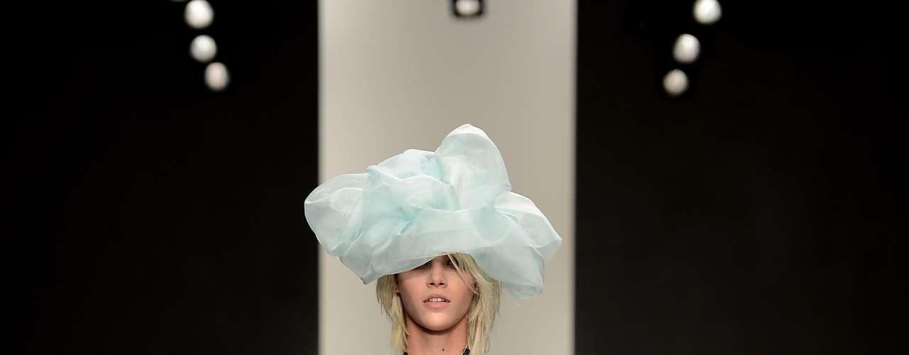 Apesar do decote superprofundo, o que mais se destacou no look apresentado durante o desfile de John Rocha foi o chapéu de tecido que cobria os olhos da modelo