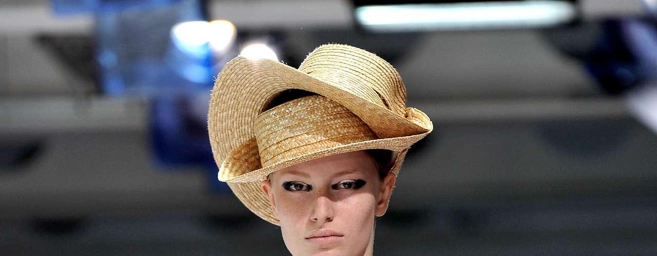 Nada de economia de chapéus no desfile da grife Acne