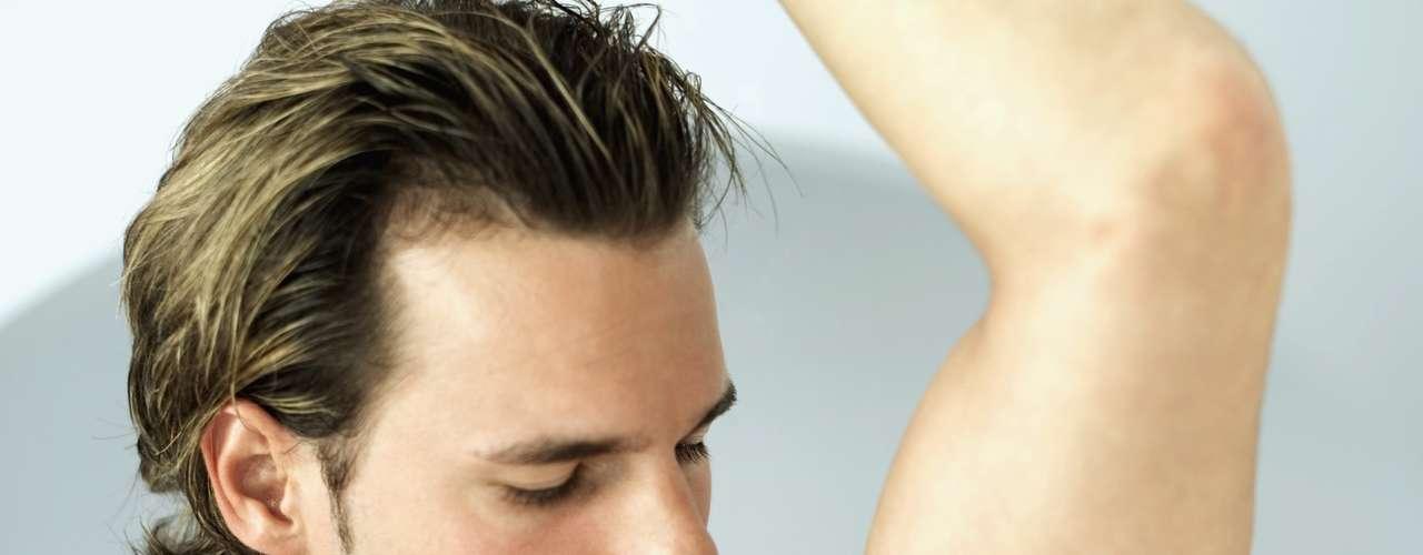 O desodorante diminui o odor e reduz a quantidade de bactérias sobre a pele, mas não impede o suor. \