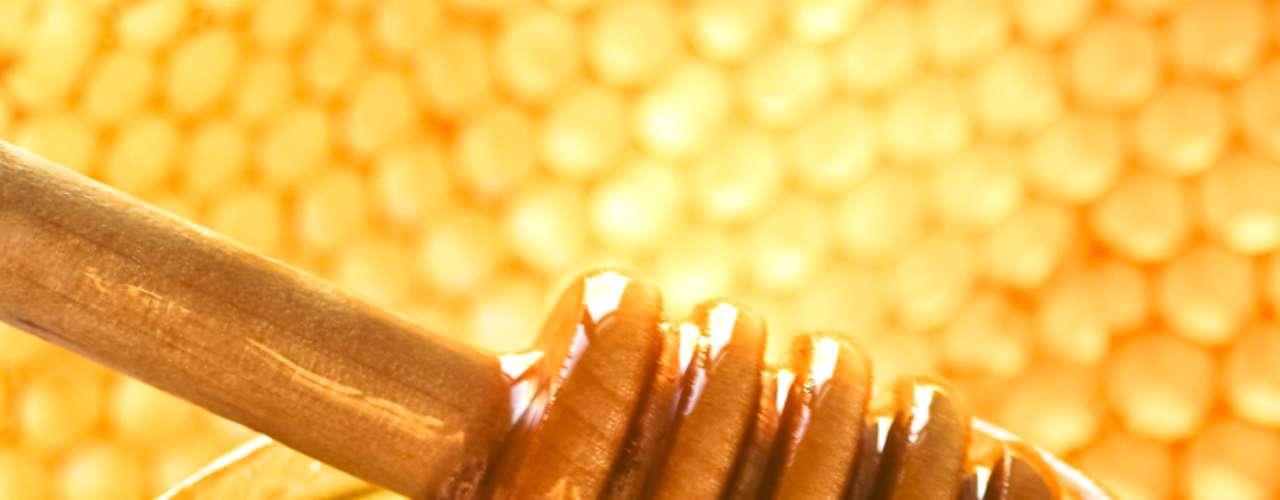 Rico em vitamina C, responsável pela renovação das células, o mel hidrata e ainda promete diminuir marcas e manchas