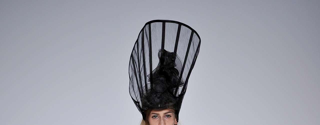 A estilista, que apresentou sua coleção nesta segunda-feira (17), colocou na passarela modelos com looks bastante ousados