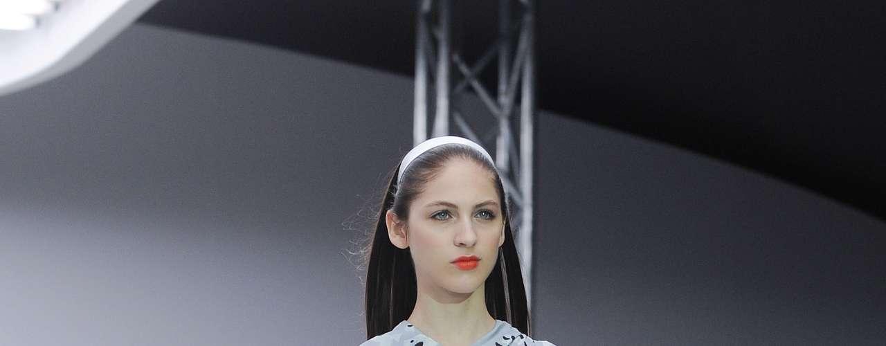 Outra opção de mistura de estampas nesse vestido mostrado por Michael van der Ham nas passarelas de Londres, no vestido com cintura peplum