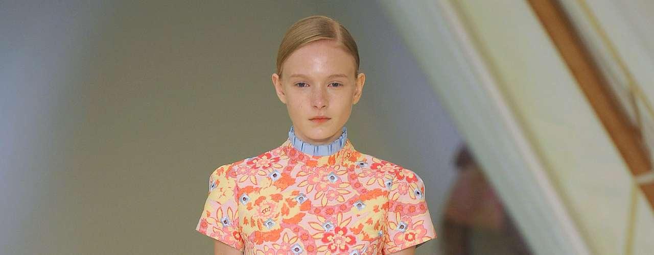 A Erdem propõe calça e blusa estampada em tonalidades suaves para fazer seu conjuntinho