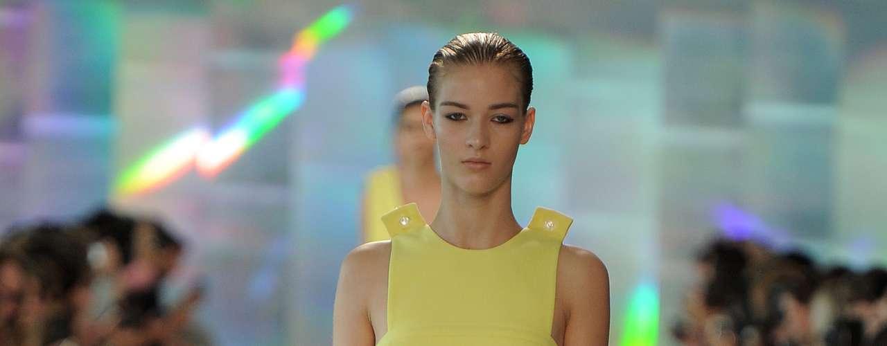 A tendência candy color também foi forte em Londres, como se vê nesse vestido amarelinho de Christopher Kane