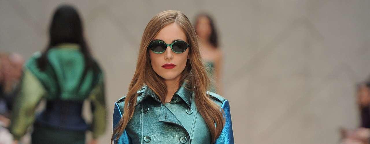 A Burberry apostou nas cores quentes e nos tecidos metalizados, renovando o clássico trench-coat da marca
