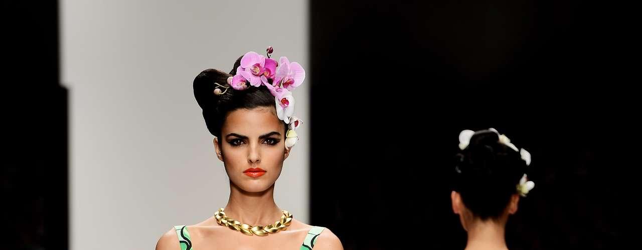 A grife Issa London, da brasileira Daniella Helayel, misturou japonismo, tropicalismo e estampas e cores fortes em seus vestidos e caftãs: longos e fluidos estão entre as tendências