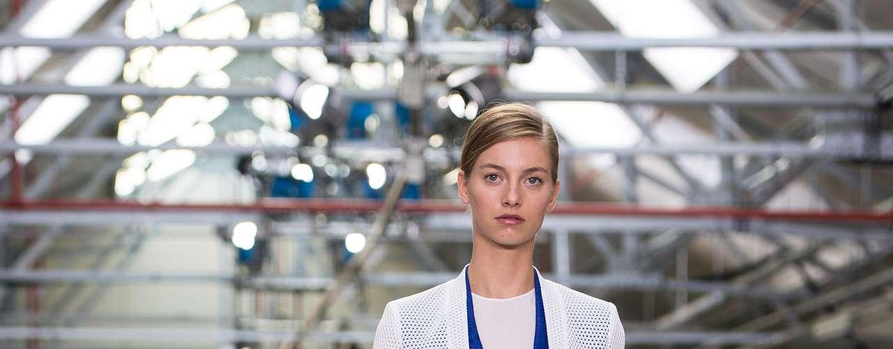 O estilista Antonio Berardi mistura cores, tecidos e peças nesse look com bermuda e casaquinho de trama vazada: patchwork geométrico