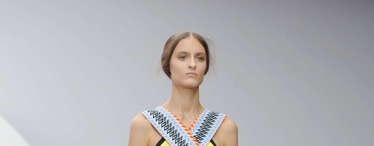 Peter Pilotto também aposta no patchwork de estampas nesse vestido justo, que ganha babado na barra