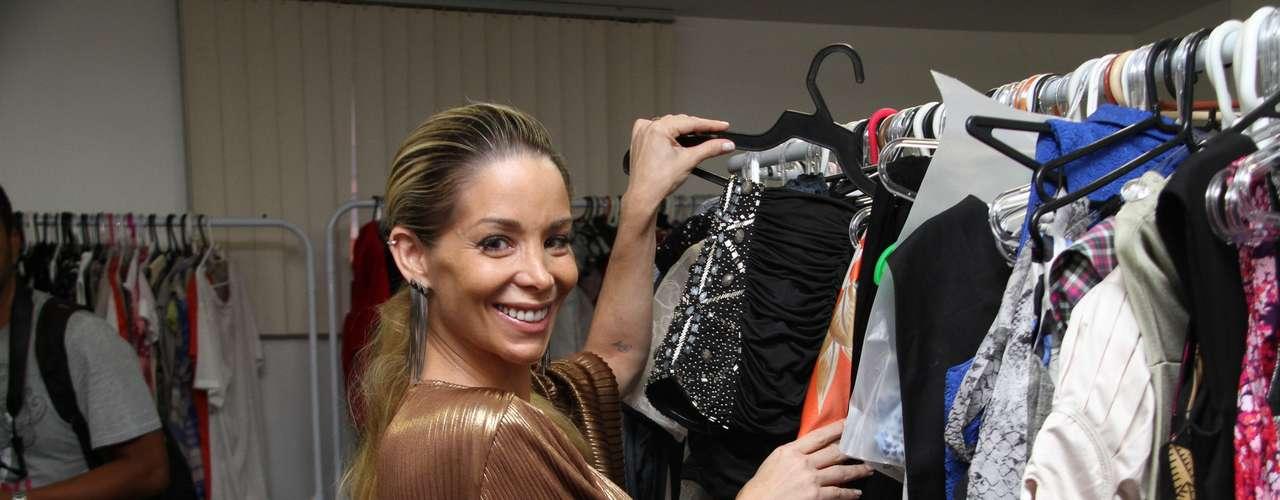 A atriz Danielle Winits se juntou com suas amigas Fabiana Misse, Tatiana Caiafa e Renata Ciraudo para inaugurar o brechó La Luna Mia, no Shopping Millenium, no Rio de Janeiro