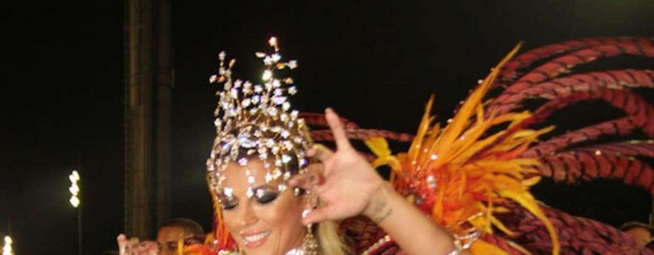 Em suas aparições no Carnaval paulistano, a loira também já mostrou seus atributos físicos na passarela do samba