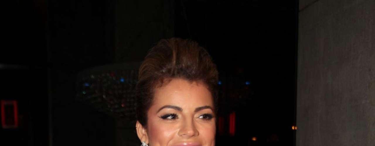 Quando o assunto são os looks de festa, a dona do bumbum mais bonito do Brasil posta em vestidos curtos e justos