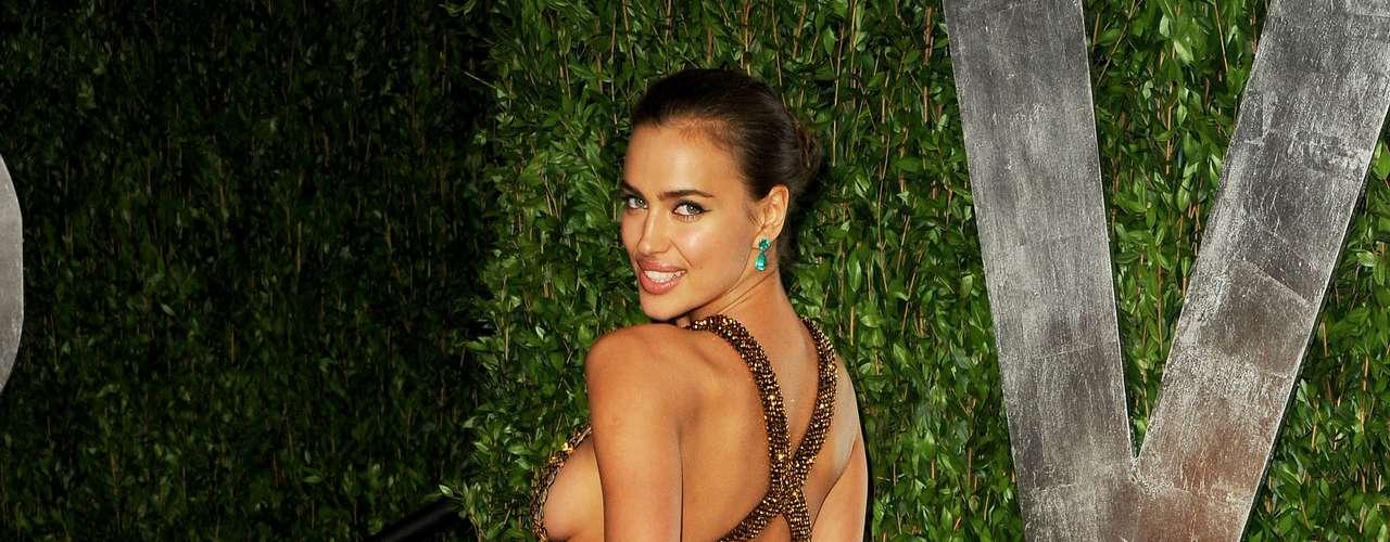 A modelo  Irina Shayk também optou pelo side boob para ir ao Vanity Fair Oscar Party , em Hollywood
