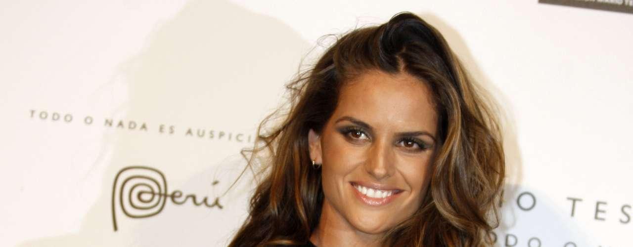 Para Luciana, o modelo escolhido pela top Izabel Goulart para ir ao MATE Foundation, em Lima, passou do limite. O vestido, totalmente decotado, tinha uma fenda que mostrava mais do que deveria. \