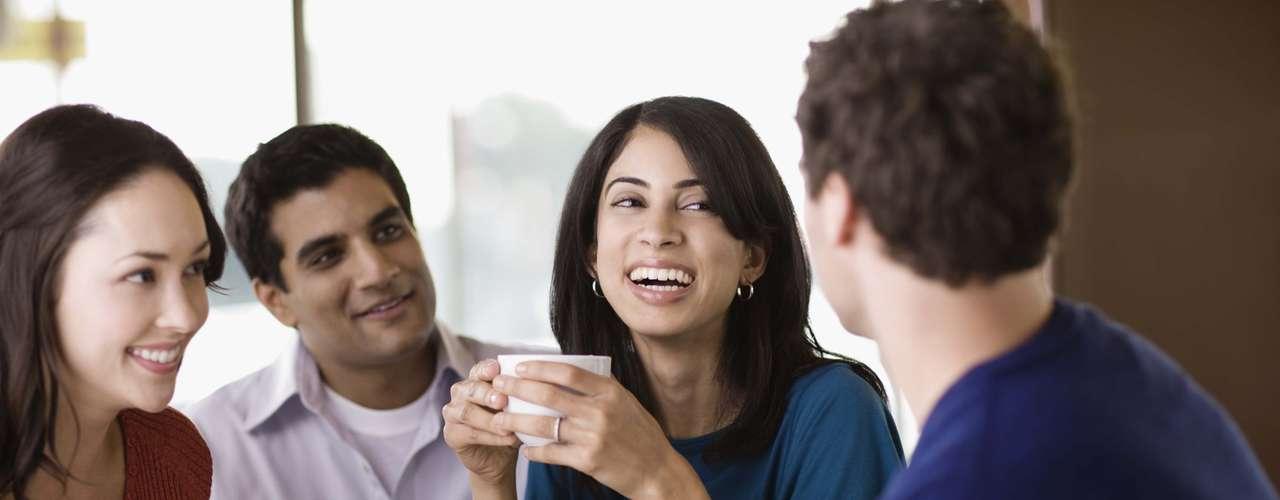Você se sente distante dos amigos - Passar a temer a opinião das amigas sobre o relacionamento pode ser um sinal de que algo não vai bem. A maioria das mulheres gosta de dividir as coisas com outras, especialmente assuntos amorosos. Além disso, é comum casos de amigas que conhecem você há mais tempo e melhor do que o parceiro, portanto deixar de compartilhar e conversar devem ser algo observado