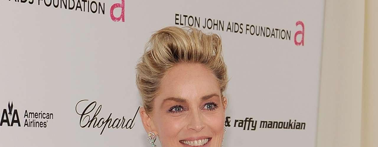 O nude sob a renda preta do vestido de Sharon Stone já deixava a sensação de transparência. Mas ela realmente apareceu na região dos seios da atriz