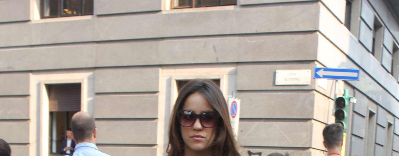 Essa fashionista preferiu um look mais básico, mas já de olho no que viu: preto e minissaia com fenda irregular