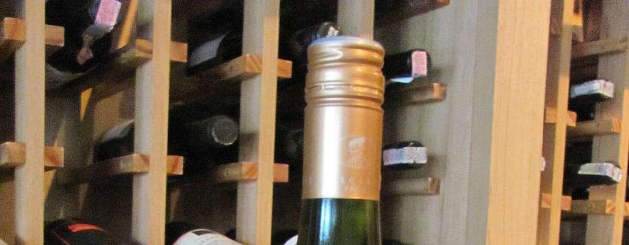Arrogant Frog Tutti Frutti Blanc Pays dOC 2010 (França) - Preço: R$ 44,85. Características: o nome já adianta que é um assemblage de muitas uvas, como chardonnay, colombard, grenache Blanc, vermentino, sauvignon Blanc, viognier, moscato bianco, muscat Blanc à petit grain, moscato di canelli, sárga. Notas de maracujá, pêssego e leves notas herbáceas, com boa persistência. Da Decanter. Tel. (47) 3326-0111