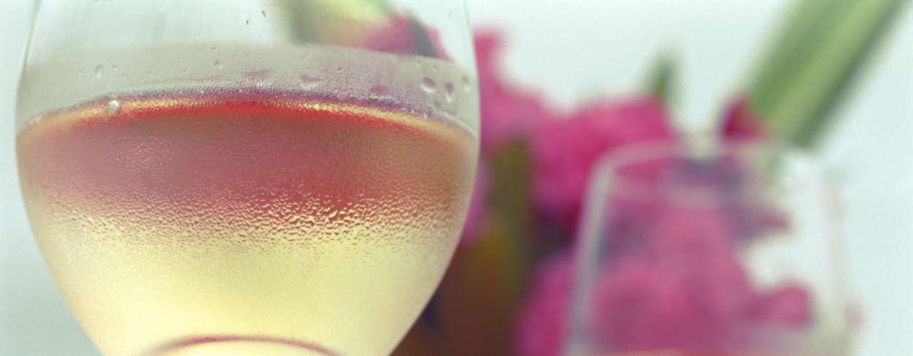 Para a primavera, com as temperaturas subindo, porém com certo frescor e alegria das flores, há uma gama de vinhos que vão ao encontro desse clima: espumantes, brancos, rosés e alguns tintos mais leves. Confira na galeria algumas opções para acertar no envento
